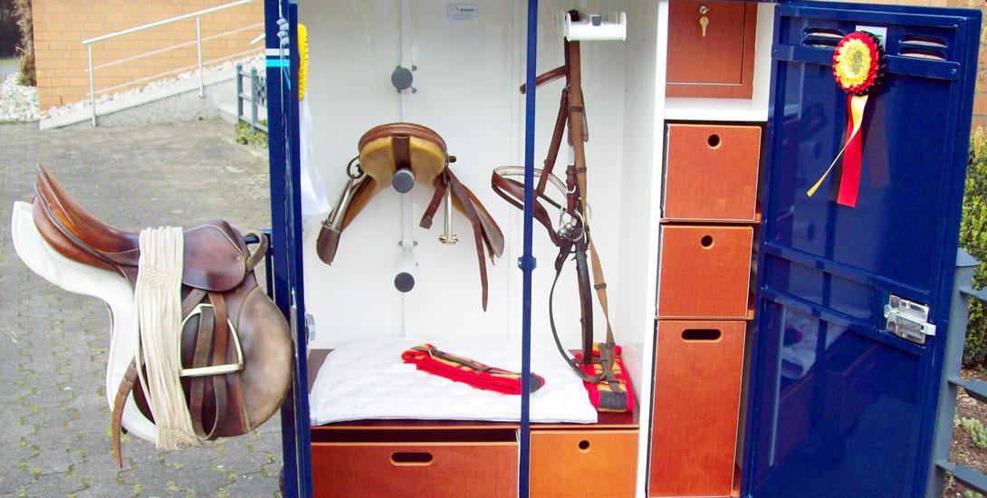Sattelschrank mit seitlich klappbarem Sattelhalter